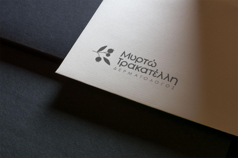 Logo Myrto Trakatelli - Graphiste freelance Bretagne - Direction artistique